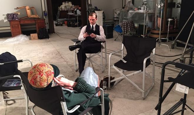 На фото: Актёр Грег Остин (Greg Austin) играет в Hearthstone на съёмочной площадке. У Остина есть собственный канал на YouTube, где он регулярно обсуждает эту карточную игру и даже снимает летсплеи. Фото: Kara Tointon/Greg Austin