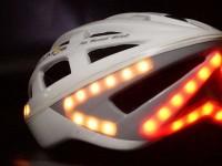 Собрано полмиллиона долларов на велошлем, показывающий повороты на дороге