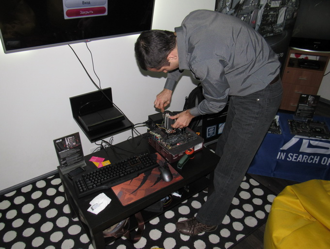 Оверклокер з команди ASUS налаштовує повітряне охолодження системи