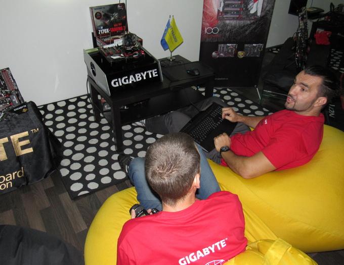 Учасники команди Gigabyte обговорюють тонкощі розгону нового процесору