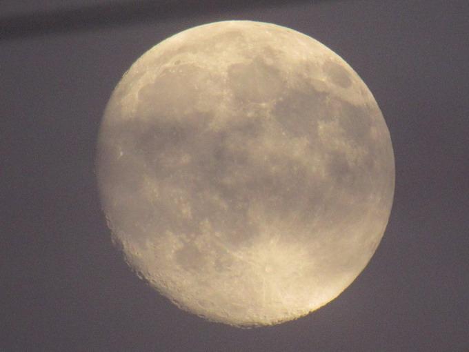 Фото Луны с той же точки, сделанное с использованием цифрового зума ZoomPlus, который увеличивает степень приближения с 50 до 100 крат