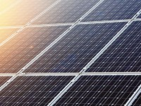 В Киеве появятся именные скамейки с солнечными батареями