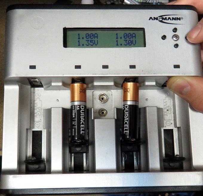 Напряжение на клеммах щелочных батарей Duracell при потреблении тока 1А