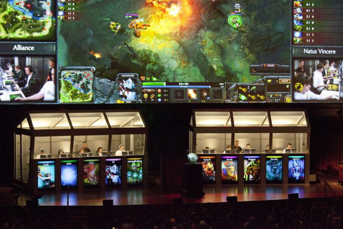Обычно геймеры на соревнованиях сидят в звукоизолированных кабинах, а их лица скрыты от зрителей компьютерными экранами