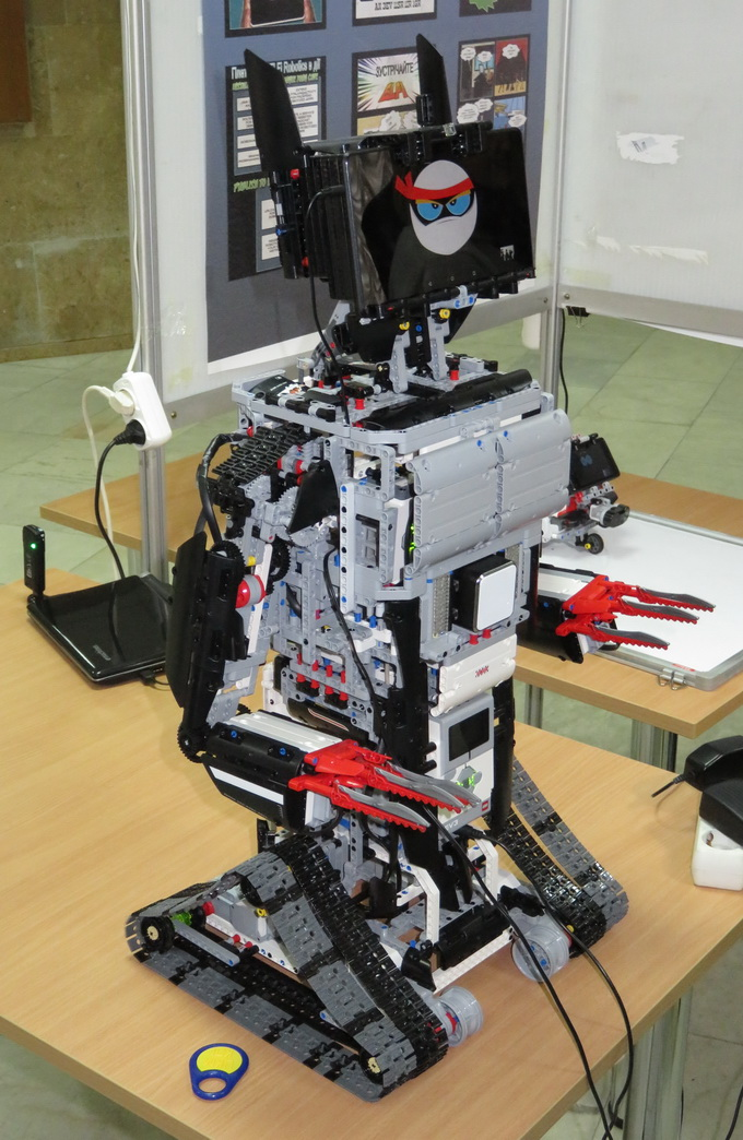 Робот створений на базі апаратної платформи Lego, а його «мозок» — планшет на базі Android
