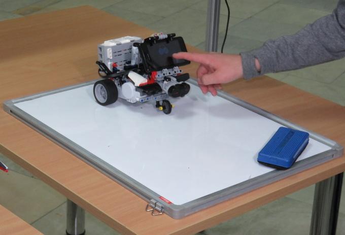 У відповідності до голосової команди, робот малює різні геометричні фігури