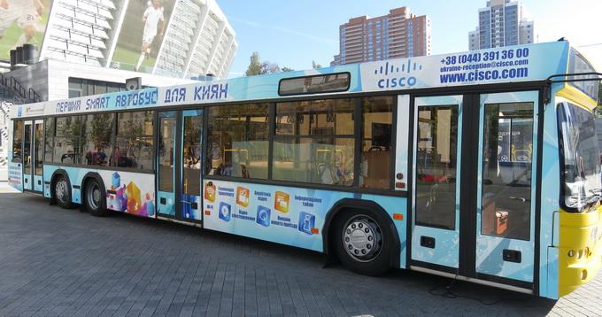 Смарт-автобус оснащений камерами відеоспостереження, GPS-модулем, адаптером Wi-Fi та великою інформаційною панеллю