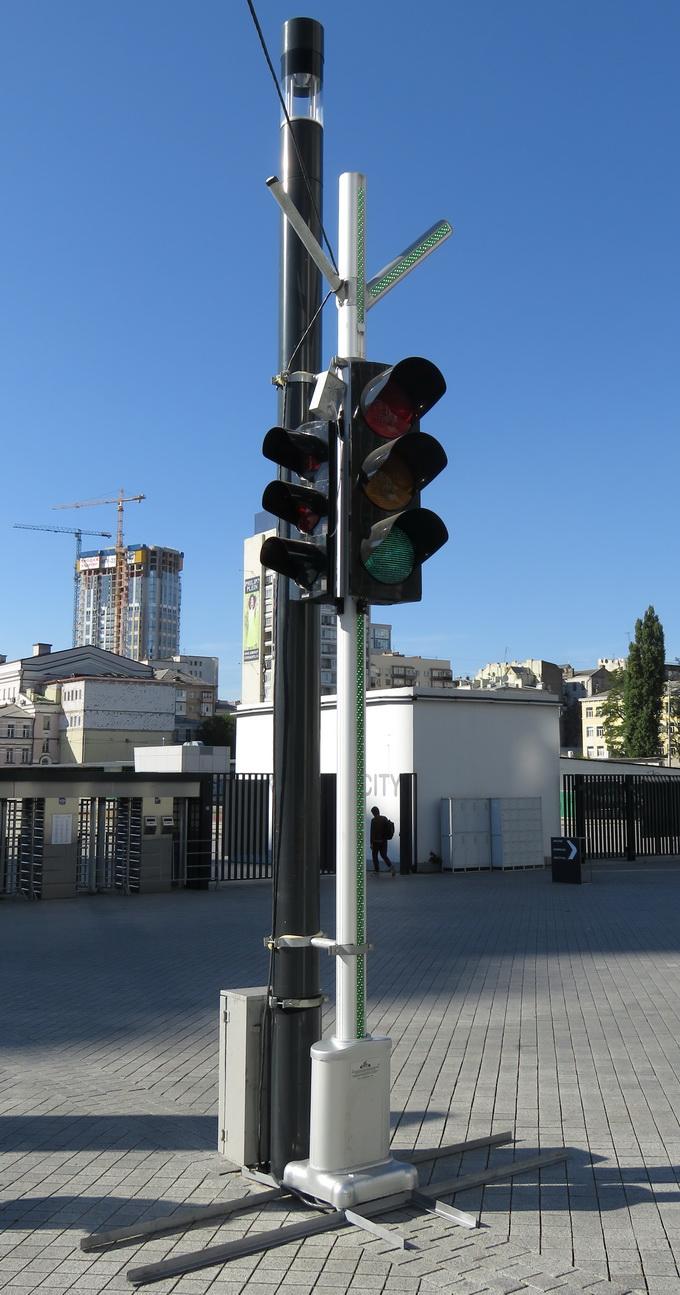 Смарт-світлофор оснащений додатковими світлодіодними панелями, завдяки чому його краще видно на перехресті всім учасникам руху