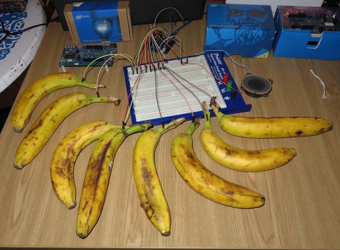 Музыкальные бананы: прикосновение к каждому банану вызывает звук определенной частоты