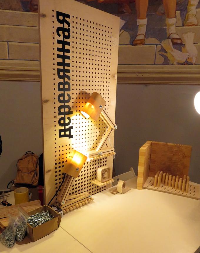 В столярной мастерской Izolab посетители могли собрать своими руками настольный светильник из дерева