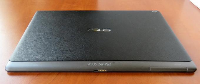 На нижней боковой грани расположены 5-контактный разъем для подключения док-станции, а также слоты для установки карт памяти MicroSD и microSIM