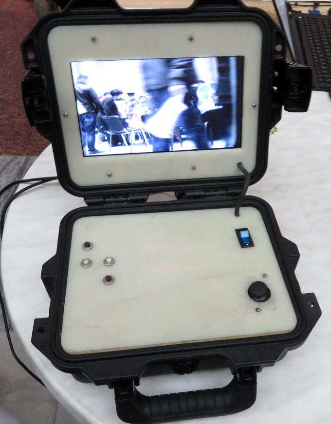 Управление пулеметом осуществляется с пульта посредством нескольких кнопок и джойстика