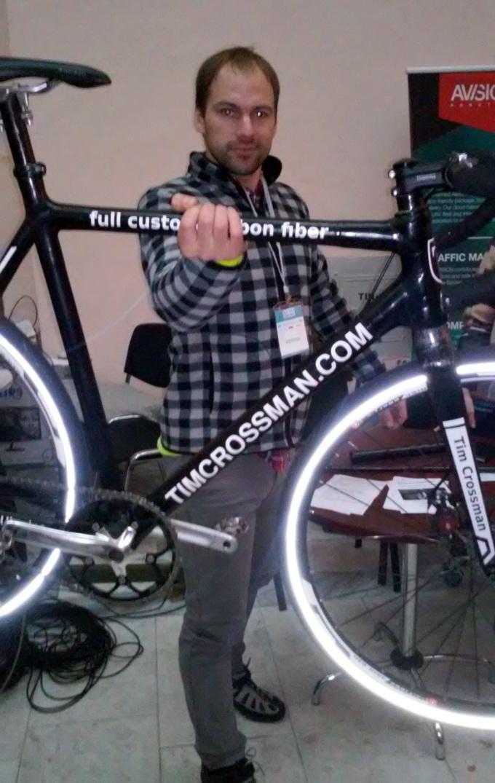 Основное преимущество велосипеда с рамой из карбоновых трубок — небольшой вес. Его легко можно держать на вытянутой руке