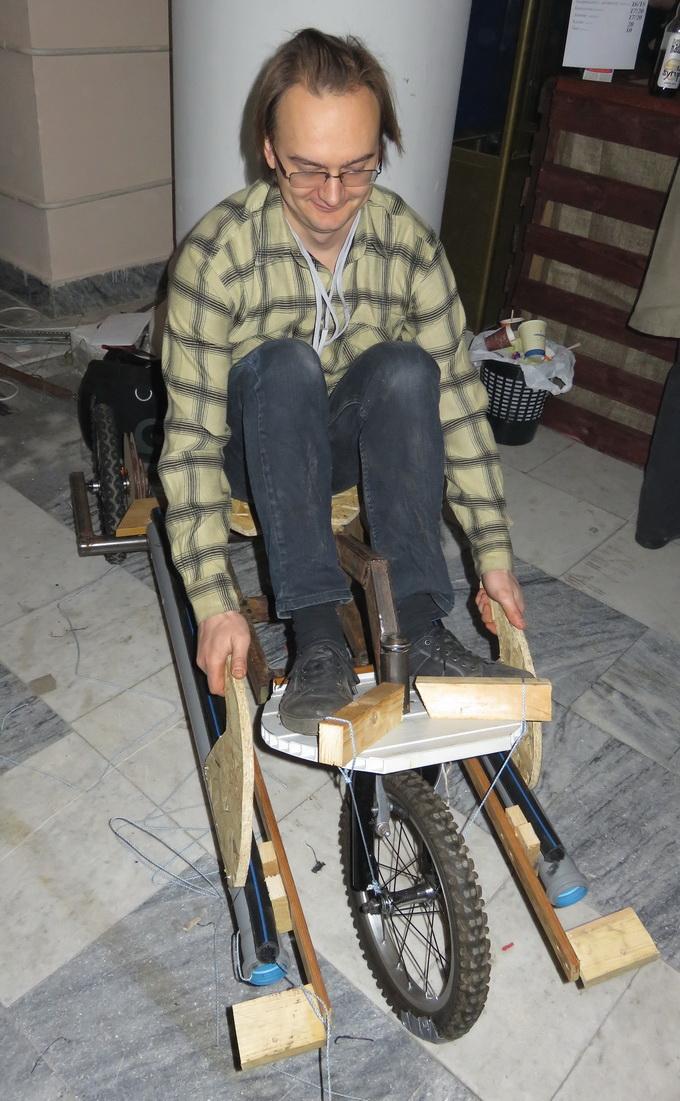 Велосипед-байдарка: приводится в движение за счет взмахов руками, имитирующими процесс гребли на байдарке