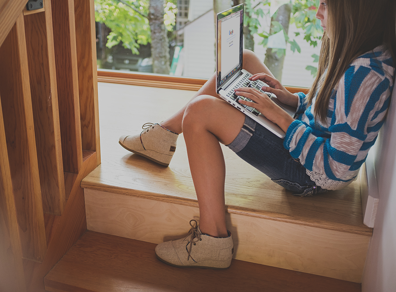 girl-on-stairs-with-laptop