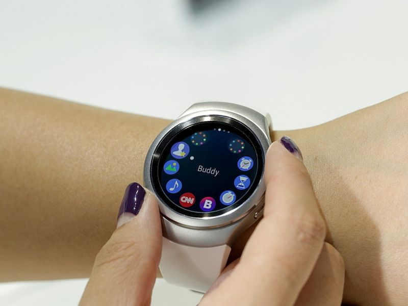 samsung_gear_s2_hands_press_image
