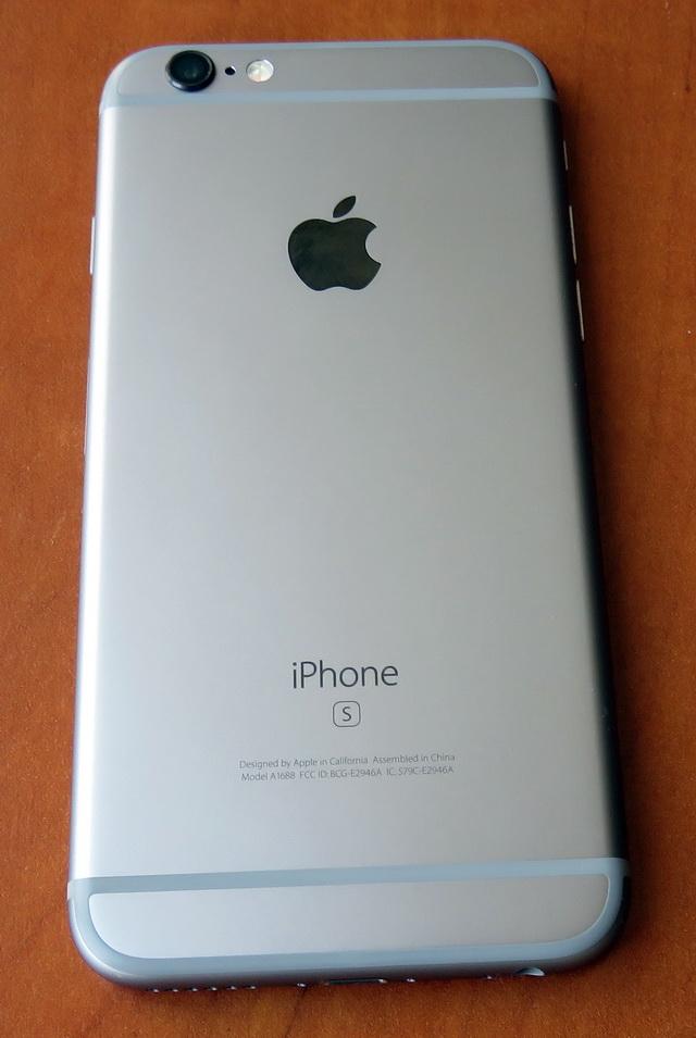 По внешнему виду iPhone 6s и iPhone 6 по совершенно идентичны, кроме разве что буквы «S» под надписью «iPhone» на задней панели устройства