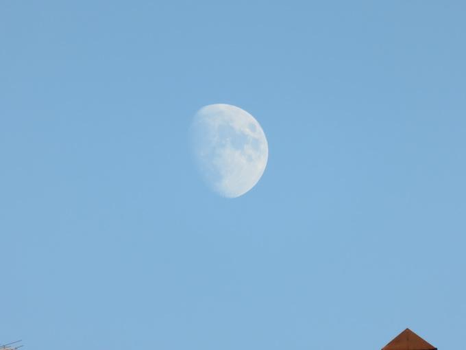 Фотоснимок Луны, сделанный в дневное время в режиме максимального приближения (f/6.9, 1/160 s, ISO-125)