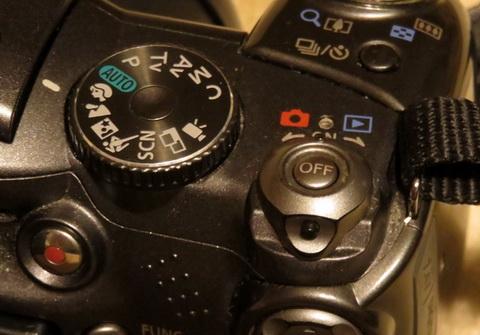 В старых камерах Canon часто использовалась специальная защита от случайного включения: сначала нажать на кнопку, затем повернуть рычажок против часовой стрелки