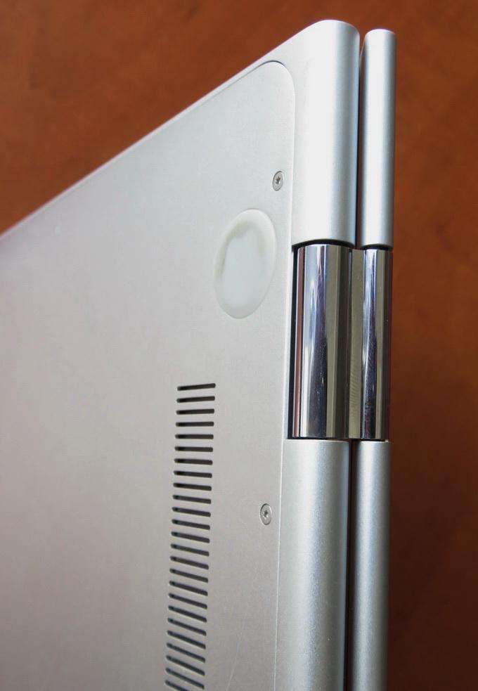 В корпусе устройства предусмотрены специальные петли, позволяющие раскрыть крышку ноутбука на 360°
