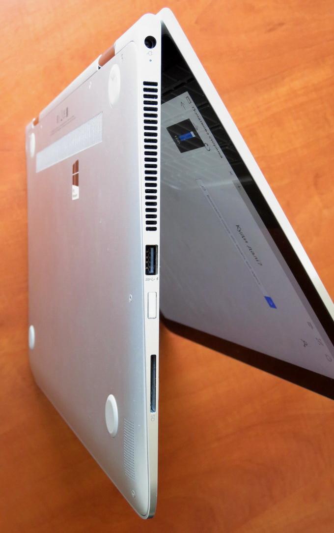 С левой стороны расположены USB-порт, слот для карт SD и кнопка включения ноутбука
