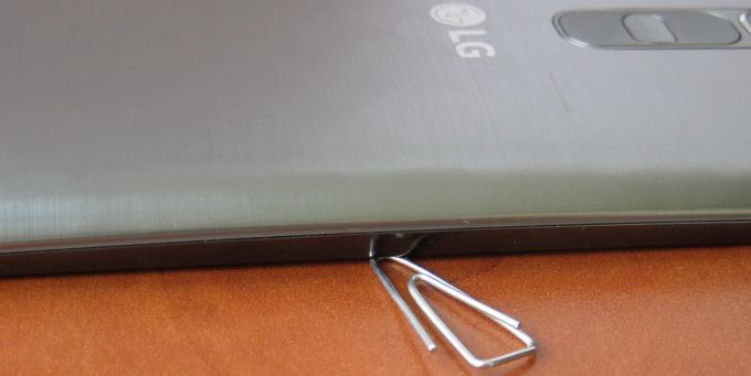 Экран обеих моделей имеет небольшой изгиб. Еесли положить смартфон на плоскую поверхность экраном вниз, то будет виден зазор шириной чуть менее миллиметра