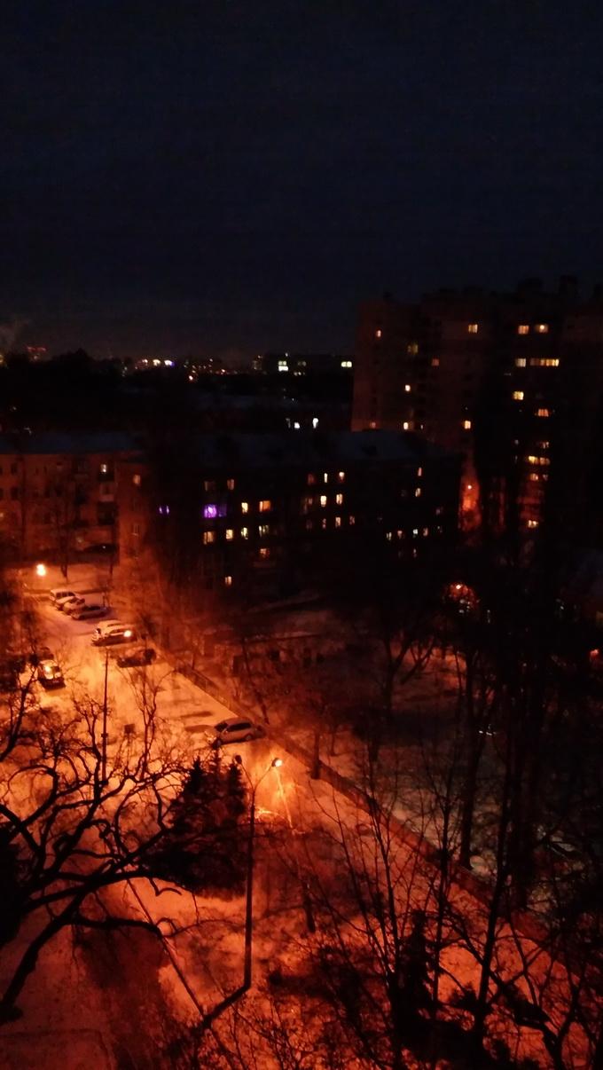 Фотосъемка в ночное время посредством основной камеры LG G4s в тот же час и с той же позиции. Здесь разница в качестве уже очень заметна
