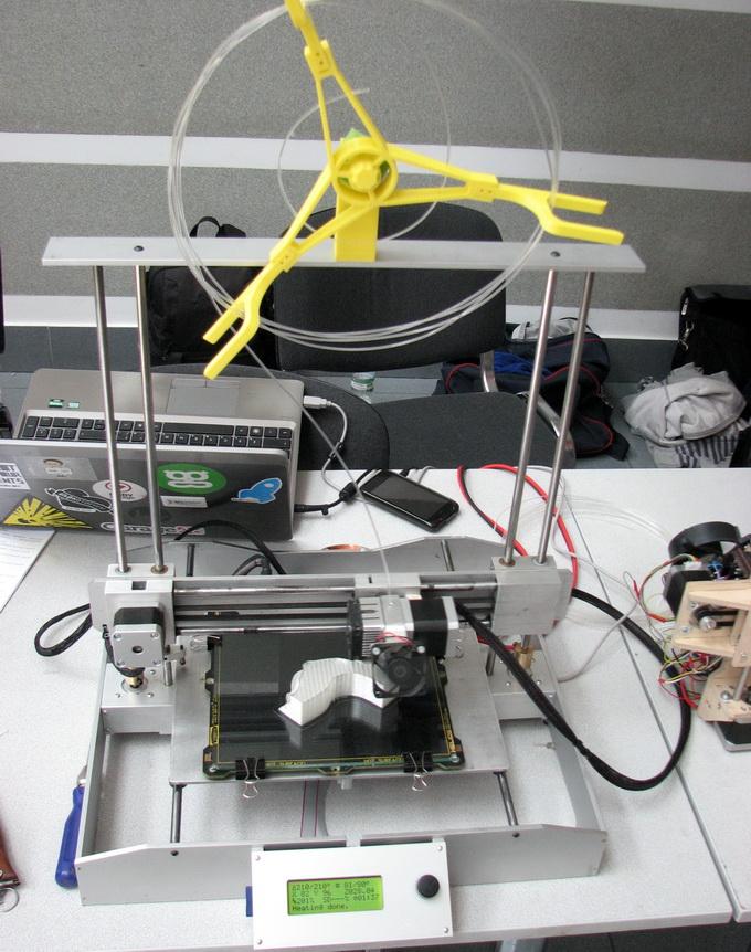 Образец 3D-принтера из набора «сделай сам». Кстати, катушка для пластиковой нити распечатана на другом 3D-принтере