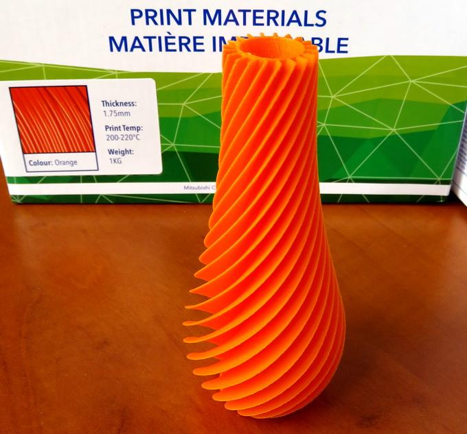 На печать этой необычной вазы потребовалось около 8 часов. Бесплатная цифровая модель была загружена с одного из интернет-сайтов, посвященных технологии 3D. Вершина недопечатана — закончилась PLA-нить