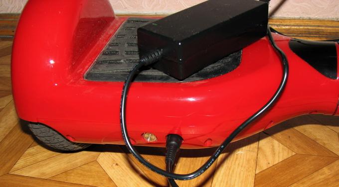 Заряд батареи занимает около 2 часов. Слева от гнезда электропитания расположена кнопка активации