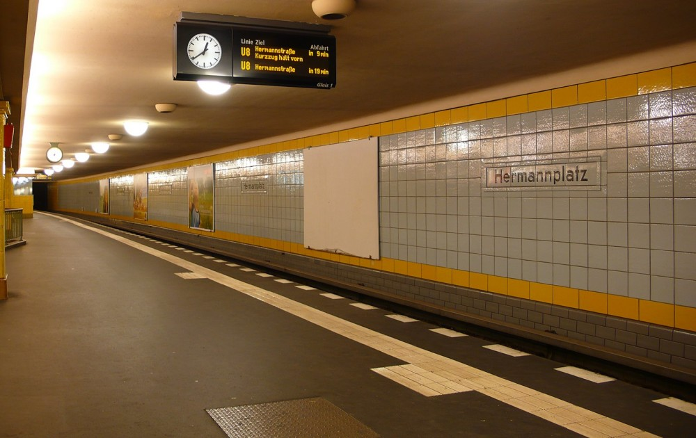 Фото https://upload.wikimedia.org/wikipedia/commons/3/31/UBahnhf-HermannplatzU8.JPG