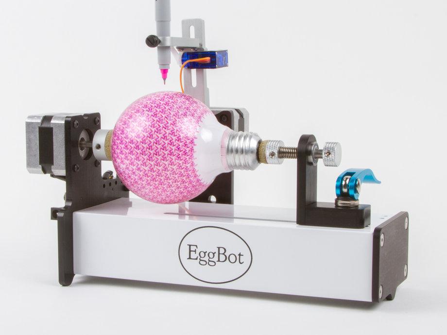 EggBot — робот, який допоможе підготуватися до Великодня