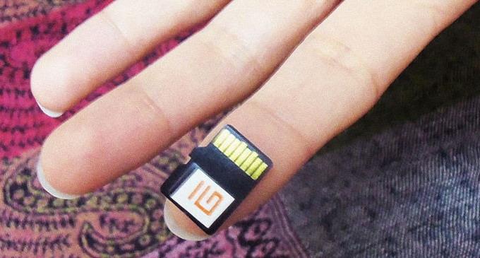 Микрочип «библиотека на чипе» содержит несколько тысяч документов, которые можно использовать в оффлайн-режиме