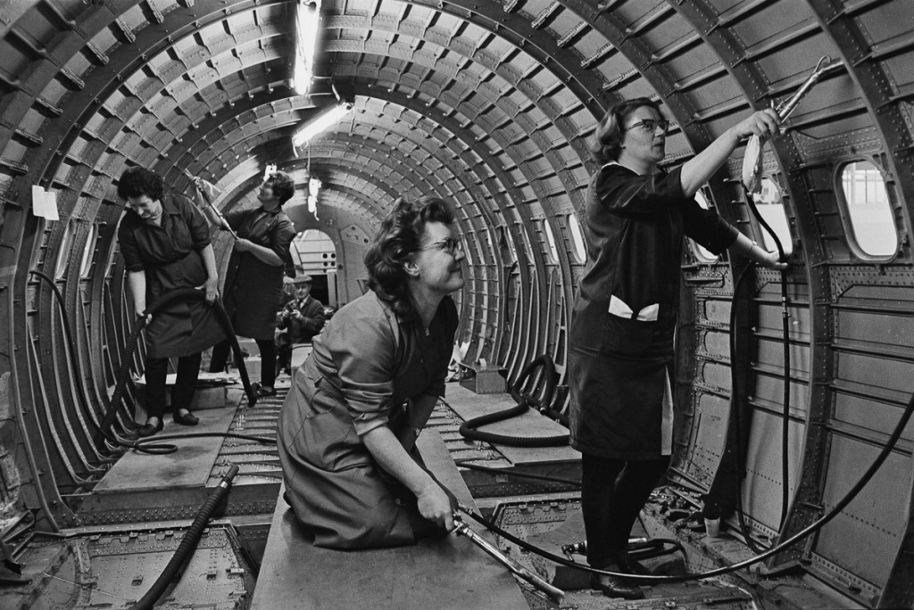 Січень, 1967 р. Працівниці прибирають всередині прототипу фюзеляжу Конкорду на заводі BAC в Брістолі, Великобританія (Фото Ron Moran/Daily Express/Hulton Archive/Getty Images)
