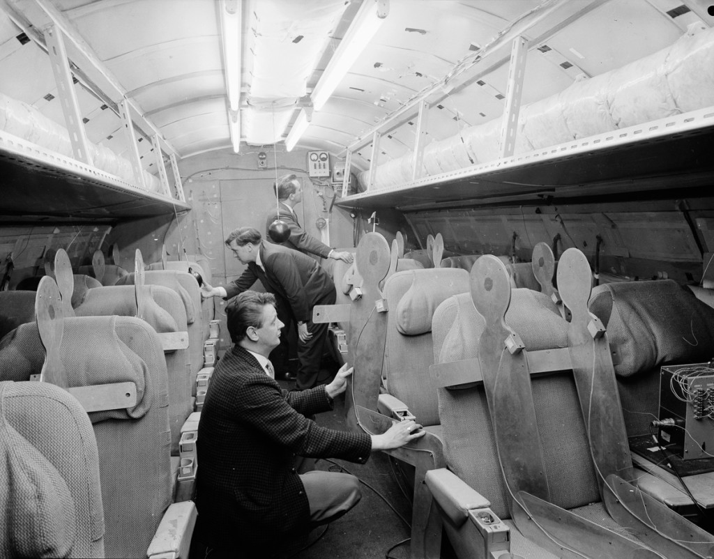 Квітень, 1964 р. Група дизайнерів перевіряє виконання внутрішнього оздоблення Concorde (Фото Chris Ware/Keystone Features/Hulton Archive/Getty Images)