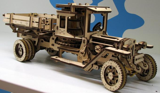Модель грузовика на резиномоторе из высококачественной фанеры