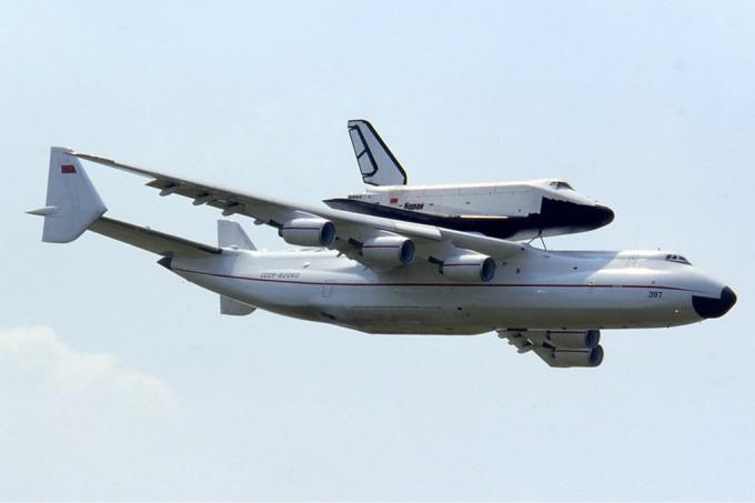 АН-225 «Мрія» перевозить космічний корабель «Буран», що вже здійснив польот в космос. Ле-Бурже, Франція