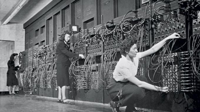 1940-е гг, США. Операторы программируют ENIAC, первую в мире ЭВМ, путем подключения/отключения кабелей и установки переключателей. Изображение © CORBIS