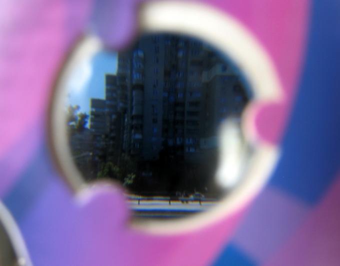 Изображение на смартфоне, снятое через окуляр Google Cardboard