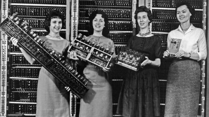 Слева направо: Петси Симмерз (Patsy Simmers), рержит в руках плату ENIAC; Гейл Тейлор (Gail Taylor), держит плату EDVAC; Милли Бек (Milly Beck), держит в руках плату ORDVAC; Норма Стек (Norma Stec), держит в руках плату BRLESC-I