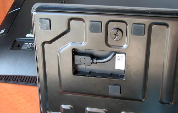 Подключение устройств, интегрированных в пдставку, производится с помощью кабеля, проходящего через ножку, на который опирается монитор