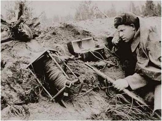 Связист РККА пытается наладить проводную связь с другими подразделениями дивизии