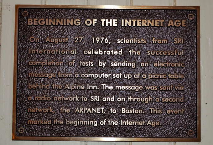 Именная дощечка в Rossotti's, установленная в память первого опыта передачи данных через интернет в августе 1976 года. Фотография предоставлена Alpine Inn Beer Garden, в прошлом Rossotti's
