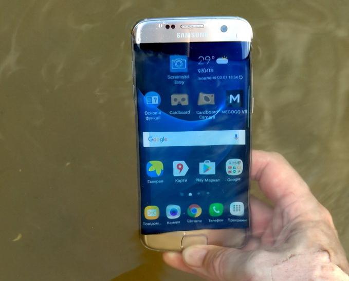 Разъем MicroUSB, а также отверстия для микрофона, динамик и прочие элементы в Galaxy S7 Edge изолированы от воздействия воды, причем не требуются какие-либо заглушки
