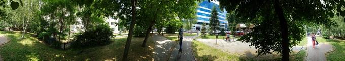 Панорамное фото: движущиеся объекты, случайно попавшие в кадр, могут оказаться деформированными после обработки изображения ( Нажмите на изображение, чтобы просмотреть оригинал фото)