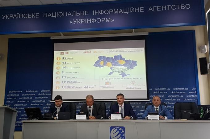 За словами Дмитра Шимківа, секретара Національної ради реформ (другий праворуч), зацікавлення у СЕД АПУ висловили 39 установ, 18 міністерств аналізують можливість її впровадження, 19 обласних адміністрації та 22 міські ради також виявили інтерес до системи