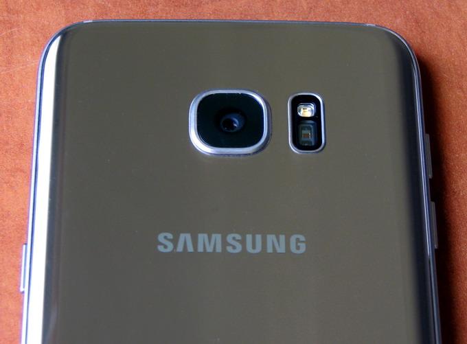 Светосила объектива в камере S7 Edge равна f/1.7. Такое значение встречается только в дорогостоящих сменных объективах для «зеркалок»