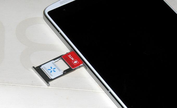 Слот для установки двух SIM-карт формата NanoSim расположен на левой грани