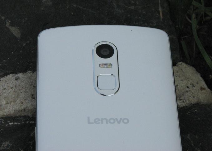 Камера с двойной светодиодной вспышкой и биометрический сканер смещены чуть вниз к центру из-за особенностей размещения верхнего фронтального динамика