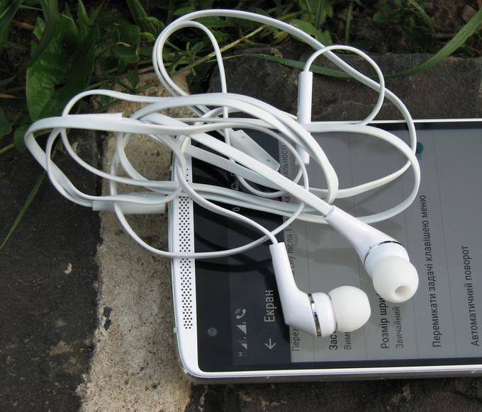 В комплекте поставки — гарнитура с плоским неспутываемым кабелем и резиновыми амбушюрами, которые плотно вставляются прямо в ухо